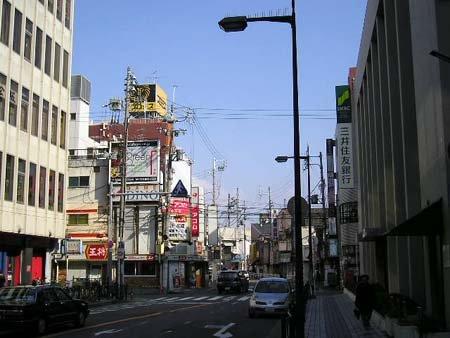 京阪枚方市駅南口前より東北に伸びる通り 京阪枚方市駅南口前付近より東北方向 商業ビルなどが並ぶ